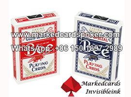 Suco de Bee profissional marcado jogando poker